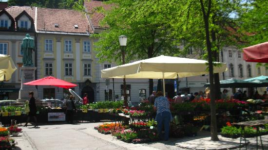 Bed and Breakfast Petra Varl: Flower market in a square very near the B&B