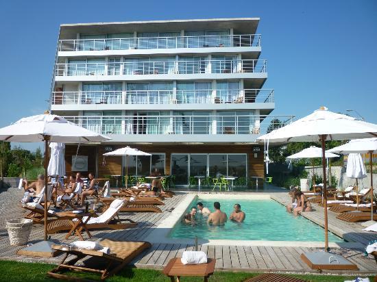 Costa Colonia Riverside Boutique Hotel: Vista del hotel desde la pileta