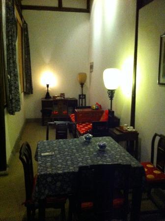 Pingjiang Lodge: Antique looking furnitures