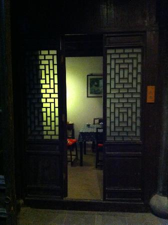 Pingjiang Lodge: Old doors