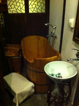 โรงแรมผิงเจียง ลอดจ์: Wooden bath tub