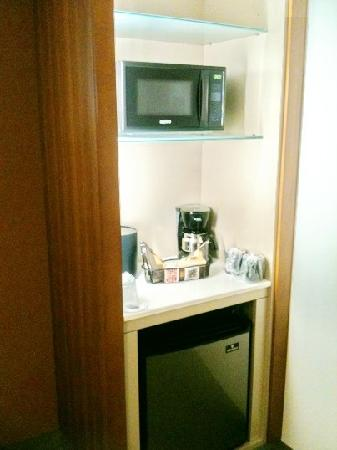 SpringHill Suites Durham Chapel Hill: modern micro/fridge combo