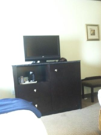 Holiday Inn Express Absecon - Atlantic City Area: tv, coffee maker and refrigerator