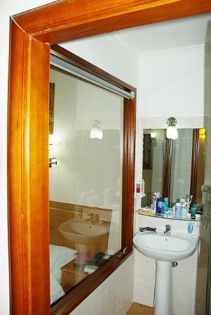 โรงแรม ฟิลิพโพ โรมา: bathroom inside