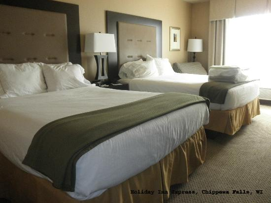 Holiday Inn Express Hotel & Suites Eau Claire North: Spacious, very clean room
