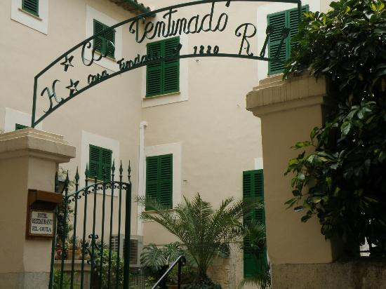 Hotel El Guia: Entrance to courtyard