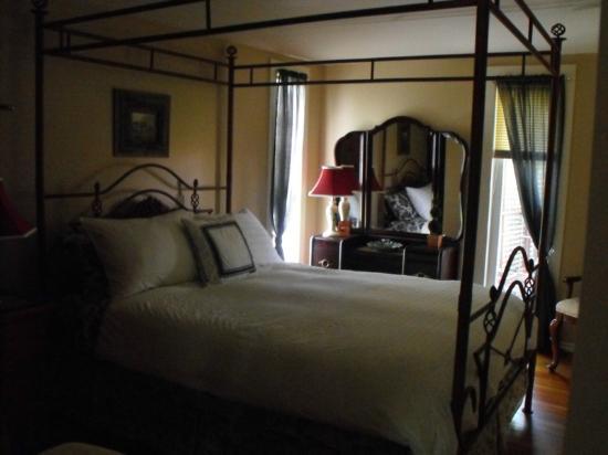 Enchanted Cottage: Beautiful bedroom.