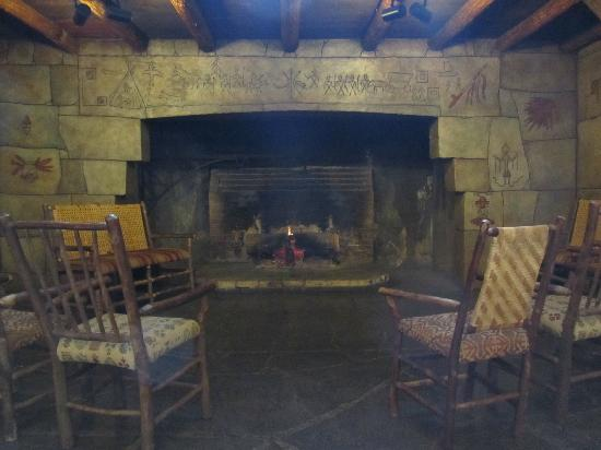 Lake McDonald Lodge: Comfy fireplace