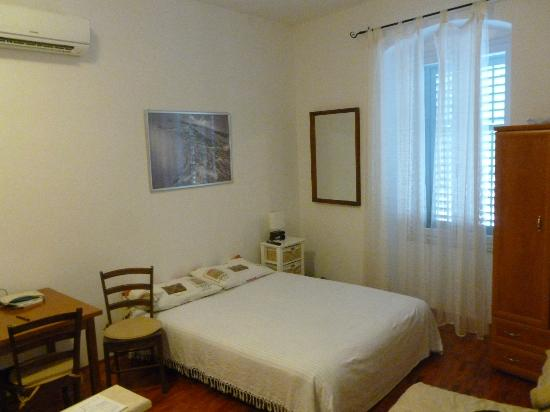 Rooms & Apartments Matkovic: Bed and nice big window with a lovely view of the park.