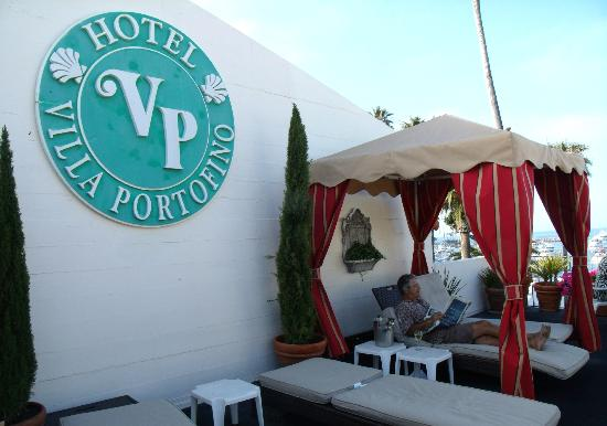 Hotel Villa Portofino: Comfy lounge chairs on deck