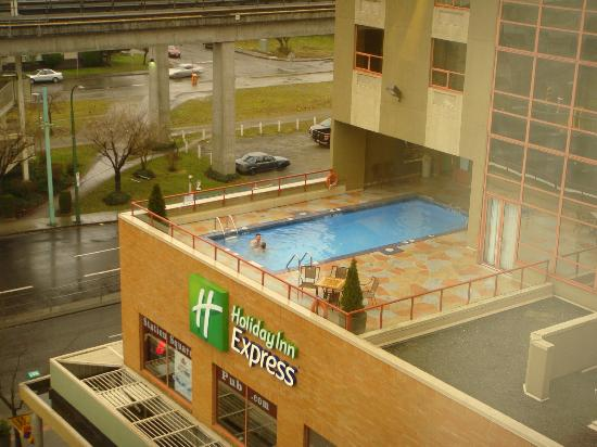 Holiday Inn Express Hotel Vancouver Metrotown: roof top pool