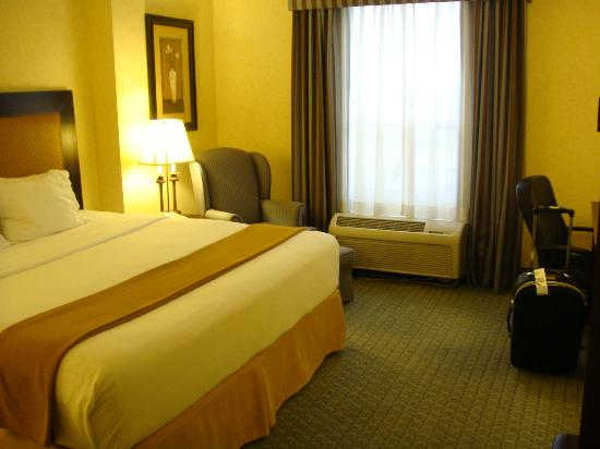 Holiday Inn Express Hotel Vancouver Metrotown: room - king size bed