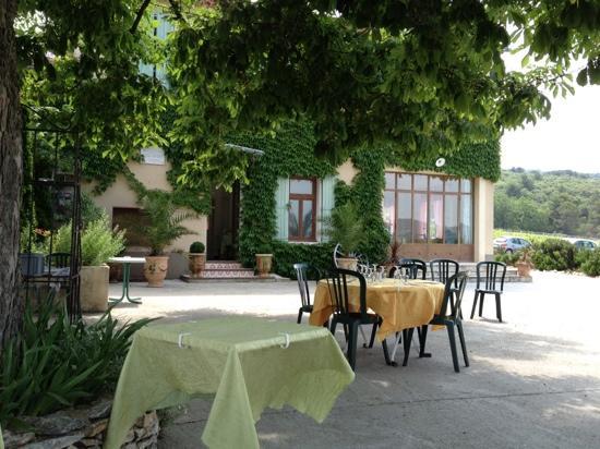 Restaurant la Ferme du Pezet: under the tree