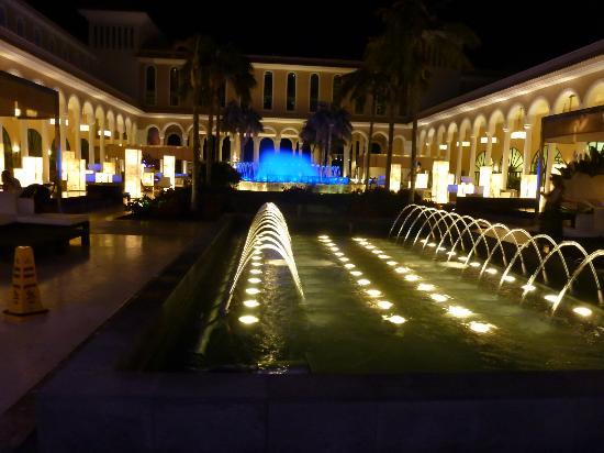 RedLevel at Gran Melia Palacio de Isora : le grand lounge intérieur avec son bassin illuminé