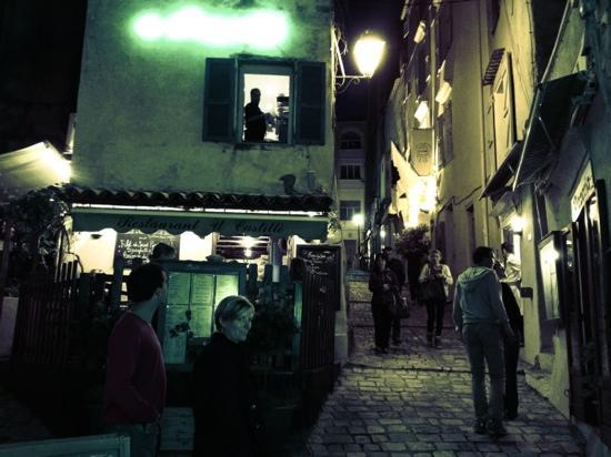 U Castille: la petite terrasse en coin de rue