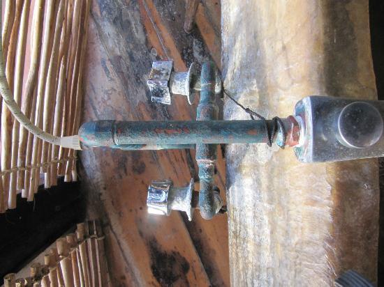 Azulik: llaves oxidadas de la tina Cabaña 4