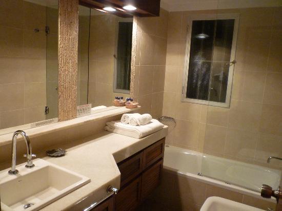 Baie des Anges Apart Hotel: Baño de la hab. matrimonial