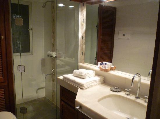 Baie des Anges Apart Hotel: Baño de la hab. doble