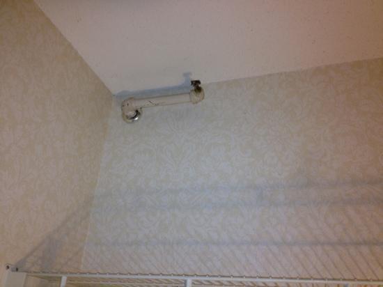 Westford Regency Inn : pipes in wall in room