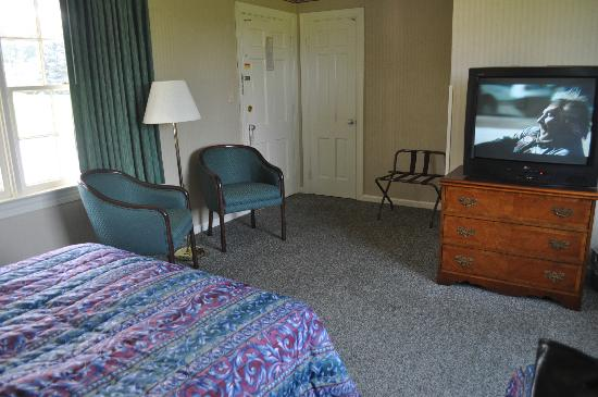 Luray Caverns Motel West : Large, Spacious Room.