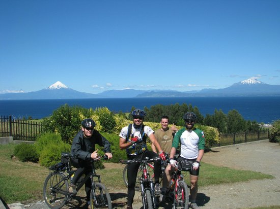 Lago Llanquihue: Bikers with Osorno vulcan and Llanguihue lake