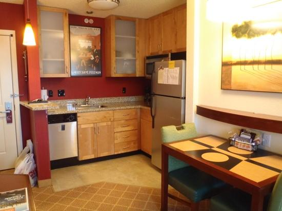 Residence Inn Seattle Bellevue/Downtown: Larger Studio - Kitchen