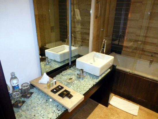 Le Parc Hotel: The bathroom.