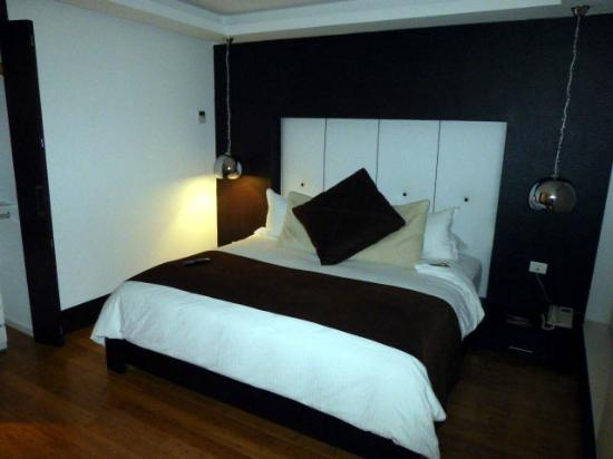 Le Parc Hotel: Our comfy bed.
