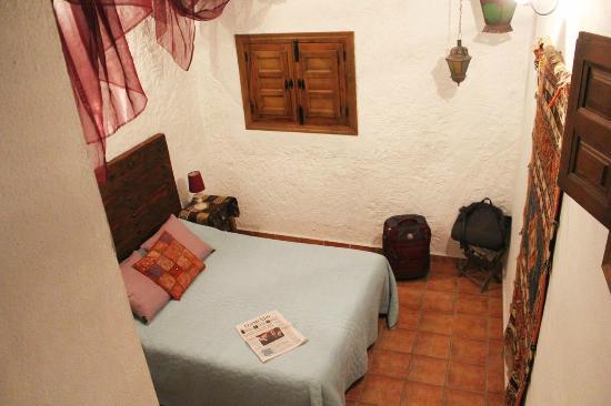 Finca Las Encinas : バスルームから続く階段から撮った寝室(Alojamiento)