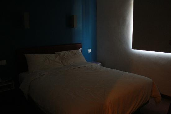 Amaris Hotel Cihampelas: Room for two (queen size bed)