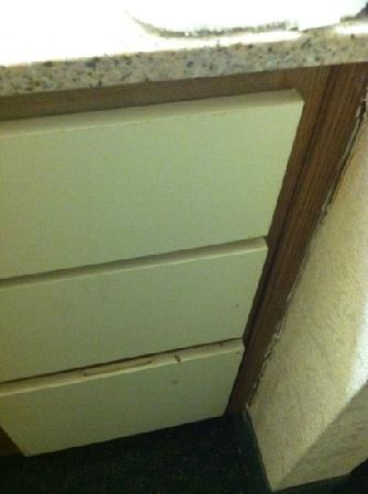 Marietta Hotel: dirty cabinets