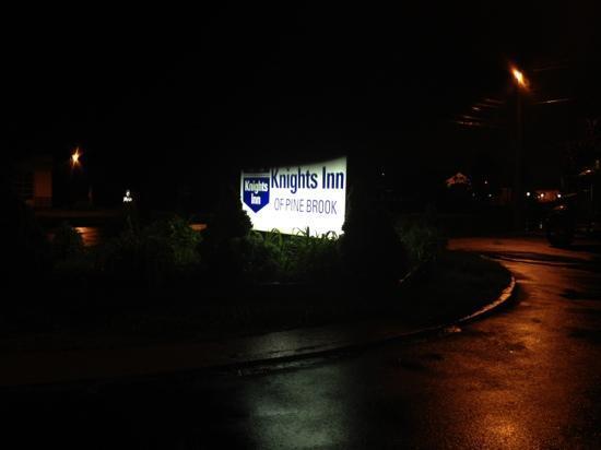 Knights Inn Pine Brook: aviso a la entrada..