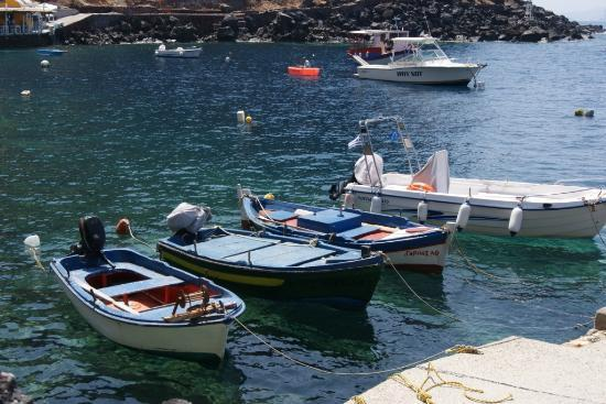 Lucky Homes - Oia: The boats at the bottom of the harbour