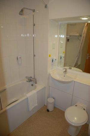 Premier Inn Wolverhampton City Centre Hotel: Bathroom