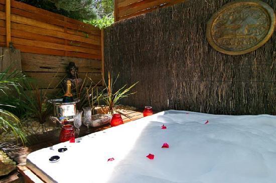 Weeroona Bed & Breakfast: Grange outdoor Spa Bath