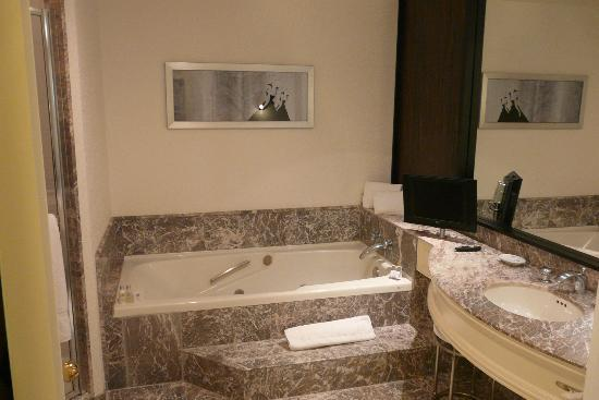 Loews Hotel Vogue: Large bathroom