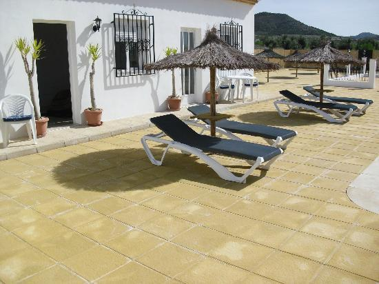 Casa Blanca B&B: comfy sunloungers thatched parasols with drinks table.just great!!