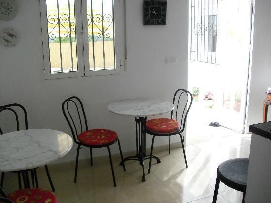 Casa Blanca B&B: breakfast bar with free wifi