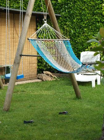 Alloggi Marin: Hammock on the  lawn