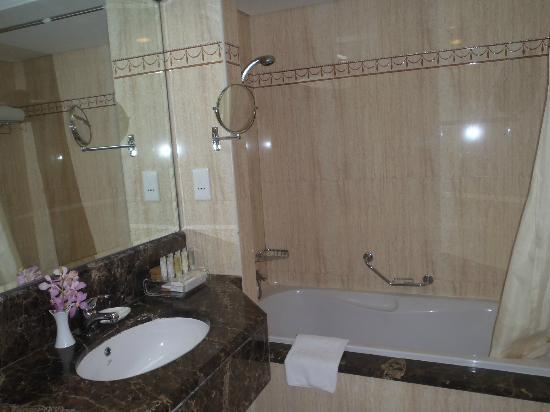 City Seasons Hotel: bathroom