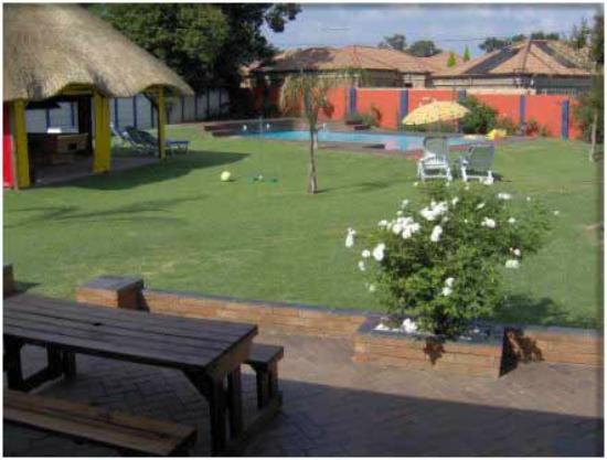 Mbizi Backpackers Lodge: backyard