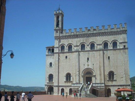 Palazzo dei Consoli Museo Civico:                   il palazzo visto dalla Piazza antistante