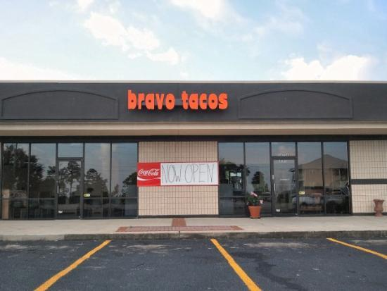 Bravo Tacos : Exterior view.  Next to Tom Thumb on Canal Road.