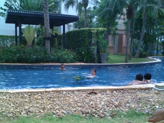 بلو لاجون ريزورت هوا هين: Very long lagoon style pool