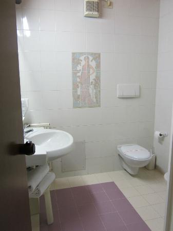 โฮเต็ล คริสทัลโล: Bathroom fan is noisy, shower tap is faulty