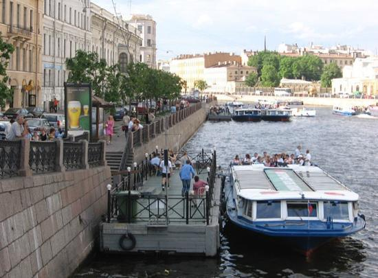 Anglo Tourismo Boat and Walking Tours : The dock in the background is the one where Anglotourismo boats leave from