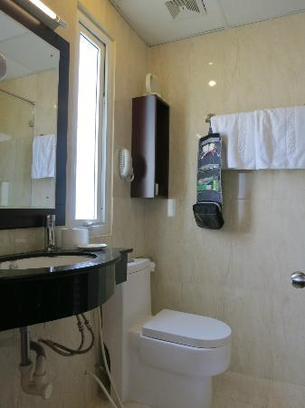 Asian Ruby Luxury Hotel: Bathroom