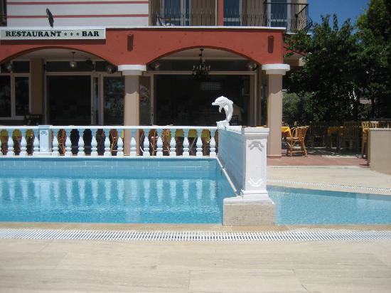 Hotel Sahara: Pool med restaurang i bakgrunden
