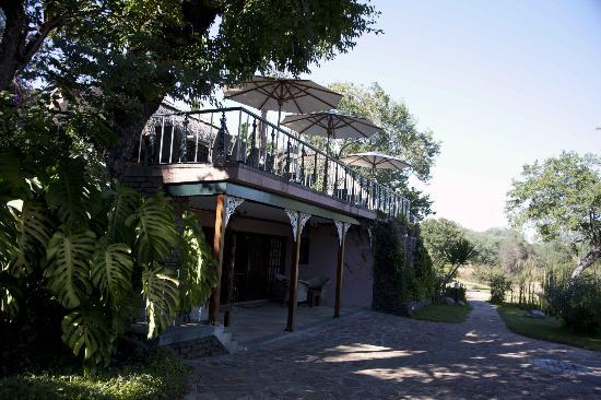 The Stanley and Livingstone Private Game Reserve: Rückseite des Haupthauses mit Sonnendeck
