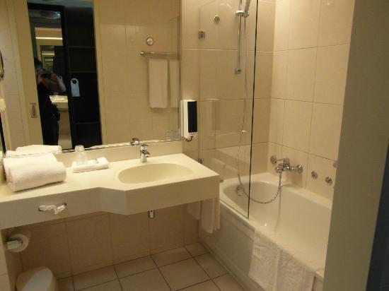 Hotel Thermae 2OOO : ruime badkamer